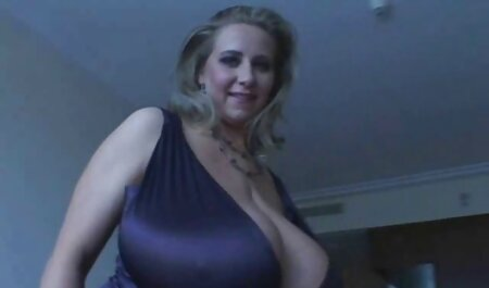 Blondine mit tätowiertem Bauch nimmt fickfilme privat zwei große Schwänze im Wohnzimmer